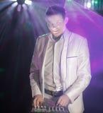 Il DJ professionale equipaggia al night-club Foto con lo spazio della copia fotografia stock libera da diritti