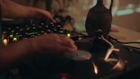 Il DJ professionale o musica record della miscela di direttore archivi video