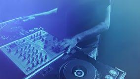 Il DJ, puleggia tenditrice di disco dell'uomo che mescola la musica Immagini Stock