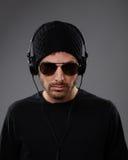 Il DJ serio con le cuffie Immagini Stock