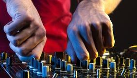 Il DJ sul lavoro. Fotografie Stock Libere da Diritti