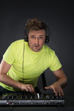 Il DJ sul lavoro isolato su fondo grigio scuro Immagine Stock Libera da Diritti