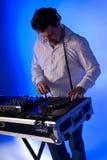 Il DJ sulla piattaforma. Immagine Stock Libera da Diritti