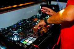 Il DJ sulla ripresa esterna Mani, musica Fotografie Stock Libere da Diritti