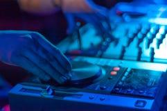 Il DJ in un night-club Fotografia Stock
