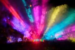 Il DJ variopinto fa festa le luci e la nebbia che splendono dal pavimento Fotografia Stock Libera da Diritti