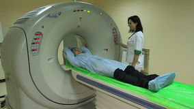 Il Docter lancia uno scannner CT di RMI stock footage