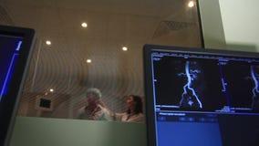 Il Docter lancia uno scannner CT di RMI stock footage
