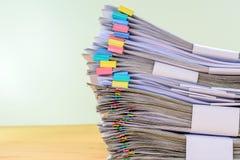 Il documento alto della pila di fine del conto comprende le vendite Immagine Stock