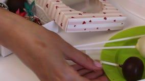 Il dolce casalingo schiocca la bugia su un piatto Vicino c'? un contenitore con una treccia per la loro decorazione stock footage