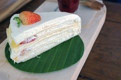 Il dolce del crêpe della fragola sul piatto di legno e aspetta al servito a Immagini Stock Libere da Diritti