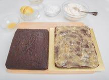 Il dolce del pan di zenzero ha spaccato orizzontalmente e diffusione con la cagliata dello zenzero Immagine Stock