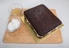 Il dolce del pan di zenzero ha spaccato orizzontalmente ed ha riempito di cagliata dello zenzero Immagine Stock