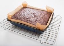 Il dolce del pan di zenzero in latta ha allineato con la carta del silicone e lo scaffale di raffreddamento Immagini Stock