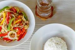 Il dolce del pepe della miscela ed il riso cotto a vapore sulla Tabella di legno, mescolano Fried Pork con il dolce del pepe fotografia stock