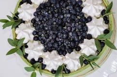 Il dolce della frutta dell'estate ha arrivato a fiumi un biscotto del pistacchio con billberry Immagine Stock Libera da Diritti