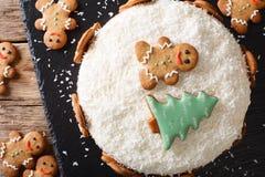 Il dolce dello zenzero di Natale con la crema del formaggio è decorato con lo zenzero Fotografia Stock Libera da Diritti