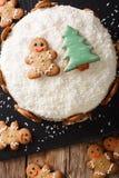 Il dolce dello zenzero di Natale con la crema del formaggio è decorato con lo zenzero Fotografia Stock