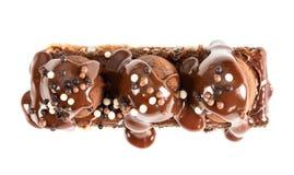 Il dolce di cioccolato con i tartufi ha versato con lo sciroppo del cioccolato al latte fotografie stock