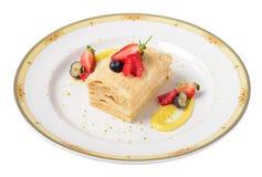 Il dolce di millefoglie con i lamponi, le fragole, mirtilli è servito Immagine Stock