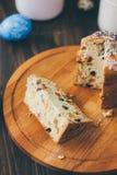Il dolce di Pasqua si è diviso sui pezzi sopra il bordo di legno Immagini Stock