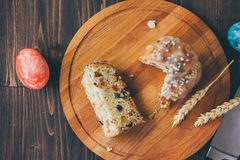 Il dolce di Pasqua si è diviso sui pezzi sopra il bordo di legno Fotografie Stock