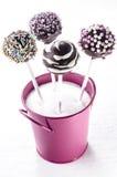 Il dolce di schiocco con spruzza in un secchio rosa Fotografia Stock