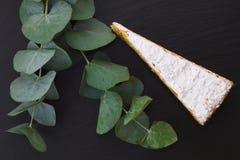 Il dolce di strato bianco francese classico della pralina decora dalle foglie classiche Immagini Stock Libere da Diritti