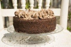 Il dolce di TChocolate decora con i grandi riccioli di cioccolato raso confinato con panna montata fotografia stock libera da diritti