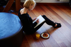 Il dolce e l'artista molto delicato che si siedono sul pavimento ed estraggono una matita Fotografia Stock Libera da Diritti