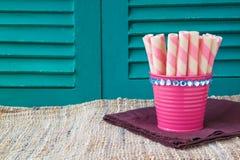 Il dolce fa un spuntino sugli ambiti di provenienza di legno, ambiti di provenienza dei dolci Fotografie Stock