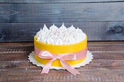 Il dolce ha arrivato a fiumi un biscotto giallo con il merengue della vaniglia e guasta Fotografie Stock