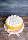 Il dolce ha arrivato a fiumi un biscotto giallo con il merengue della vaniglia e guasta Fotografia Stock