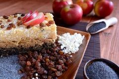 Il dolce ha arrostito la pasta con i semi di papavero, le mele e la ricotta Fotografie Stock