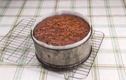 Il dolce ricco della frutta/dolce tradizionale di Britannici Pasqua dolce di Simnel, al forno aspetta per raffreddarsi Fotografia Stock