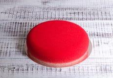 Il dolce rosso della mousse del velluto del cioccolato con cioccolato è aumentato Fotografie Stock Libere da Diritti