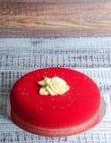Il dolce rosso della mousse del velluto del cioccolato con cioccolato è aumentato Fotografie Stock