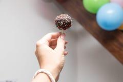 Il dolce schiocca a disposizione umore festivo con i palloni e la caramella su uno sti immagini stock libere da diritti