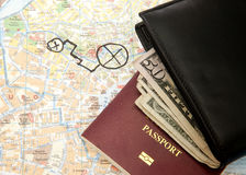 Il dollaro del portafoglio nota il passaporto e la mappa Immagini Stock