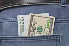 Il dollaro e le fatture americani degli euro in jeans intascano Fotografia Stock Libera da Diritti