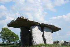 Il Dolmen di Polunabrone in Clare, Irlanda fotografia stock libera da diritti