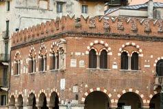 Il Domus Mercatorum con i merli ed il portico a Verona Immagine Stock Libera da Diritti