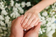 Il donne à son amie une bague de fiançailles dans le jardin botanique Photographie stock libre de droits