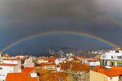 Il doppio arcobaleno - Vigo fotografie stock libere da diritti