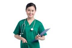Il dottore asiatico Portrait Giovane fronte di sorriso della donna di medico con lo stetoscopio su fondo bianco immagini stock