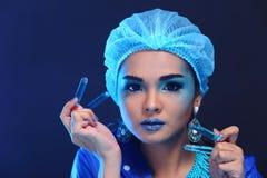 Il dottore asiatico Woman di chimica con modo compone la prova di laboratorio operata Immagine Stock