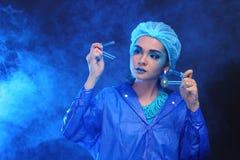 Il dottore asiatico Woman di chimica con modo compone la prova di laboratorio operata Fotografia Stock