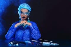Il dottore asiatico Woman di chimica con modo compone la prova di laboratorio operata Fotografia Stock Libera da Diritti