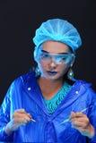 Il dottore asiatico Woman di chimica con modo compone la prova di laboratorio operata Immagini Stock