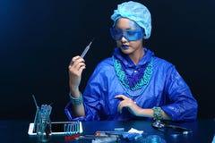 Il dottore asiatico Woman di chimica con Tone Fashion Make blu su fanc Fotografia Stock Libera da Diritti